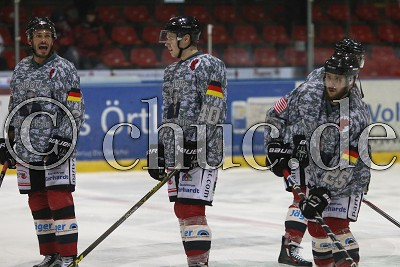 im Warmup-Trikot in Gedenken an den Erbauer des Stadions Colonel Paul Rutherford Knight, vor dem Spiel in der DEL 2 - Rote Teufel EC Bad Nauheim gegen Ravensburg Towerstars - Foto © A. Chuc
