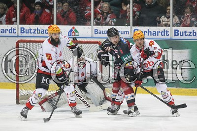 -32- Cody Lampl (Fischtown Pinguins) und -11- Bj