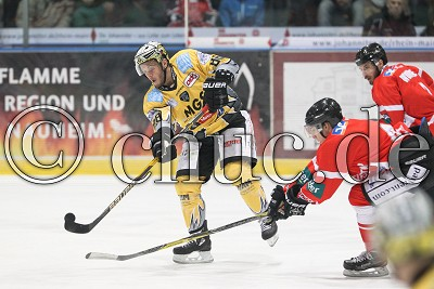 -88- Anthony Luciani (EHC Bayreuth Tigers) vor -40- Robin Palka (Rote Teufel EC Bad Nauheim), DEL 2 - Rote Teufel EC Bad Nauheim gegen EHC Bayreuth Tigers, Bad Nauheim, Colonel-Knight-Stadion, 28.12.17