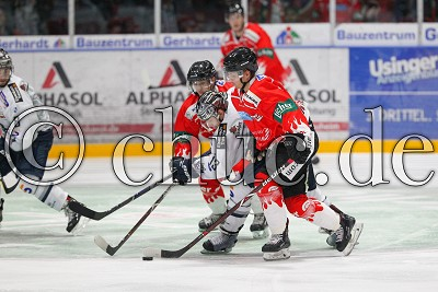 -20- Nicolas Strodel (EC Bad Nauheim) und -91- Radek Krestan (EC Bad Nauheim) gegen -13- Michael Christ (EC Kassel Huskies), in der DEL 2 - EC Bad Nauheim gegen EC Kassel Huskies, Bad Nauheim, Colonel-Knight-Stadion, 14.09.18