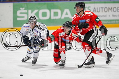 -20- Nicolas Strodel (EC Bad Nauheim) und -91- Radek Krestan (EC Bad Nauheim) gegen -8- Matthew Neal (EC Kassel Huskies), in der DEL 2 - EC Bad Nauheim gegen EC Kassel Huskies, Bad Nauheim, Colonel-Knight-Stadion, 14.09.18