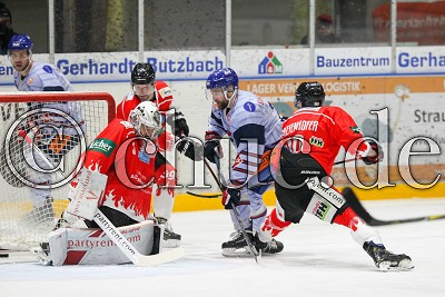 -23- Thomas Merl (Towerstars Ravensburg) trifft gegen -90- Daniel Stiefenhöfer (EC Bad Nauheim) und -33- Jan Guryca (Torwart EC Bad Nauheim) zum 1:1, in der DEL 2 - EC Bad Nauheim gegen Ravensburg Towerstars, Bad Nauheim, Colonel-Knight-Stadion, 07.10.18