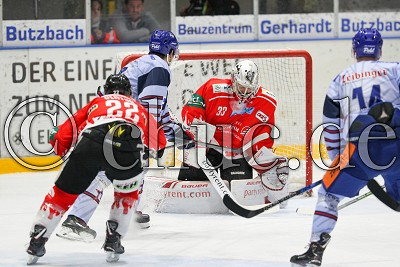 -96- David Zucker (Towerstars Ravensburg) ist schneller als -22- Steve Slaton (EC Bad Nauheim) und trifft gegen -33- Jan Guryca (Torwart EC Bad Nauheim) zum 1:2, in der DEL 2 - EC Bad Nauheim gegen Ravensburg Towerstars, Bad Nauheim, Colonel-Knight-Stadion, 07.10.18