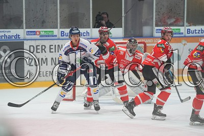 -17- Austin Caroll (EC Kassel Huskies) gegen -22- Steve Slaton (EC Bad Nauheim) und -82- Niklas Heyer (EC Bad Nauheim) vor -31- Felix Bick (Torwart EC Bad Nauheim) , in der DEL 2 - EC Bad Nauheim gegen EC Kassel Huskies, Bad Nauheim, Colonel-Knight-Stadion, 04.10.19