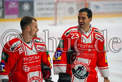 Gute Laune vor Spielbeginn haben -81- Andrej Bires (EC Bad Nauheim) und -23- Tyler Fiddler (EC Bad Nauheim), in der DEL 2 - EC Bad Nauheim gegen Eispiraten Crimmitschau, Bad Nauheim, Colonel-Knight-Stadion, 03.11.19