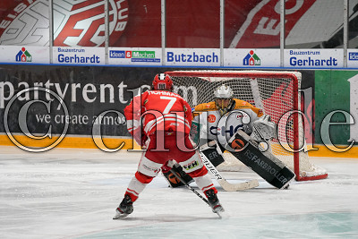 -7- Cason Hohmann (EC Bad Nauheim) allein vor -34- Jonas Langmann (Torwart Ravensburg Towerstars), DEL 2 - EC Bad Nauheim gegen Ravensburg Towerstars, Bad Nauheim, Colonel-Knight-Stadion, 22.03.21
