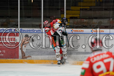 -80- Kevin Niedenz (EC Bad Nauheim) checkt -27- Kilian Keller (Ravensburg Towerstars), DEL 2 - EC Bad Nauheim gegen Ravensburg Towerstars, Bad Nauheim, Colonel-Knight-Stadion, 22.03.21